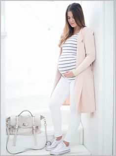 Raitapaita, valkoiset housut ja vaaleanpunainen neuletakki on raikas yhdistelmä…: How to Dress when Pregnant. You can still look stylish and. Cute Maternity Outfits, Stylish Maternity, Pregnancy Outfits, Maternity Pictures, Maternity Wear, Maternity Dresses, Pregnancy Photos, Maternity Fashion, Stylish Pregnancy