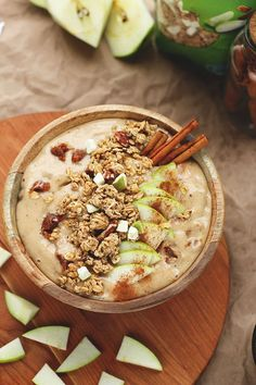 Caramel Apple Crumble Smoothie Bowl – more great smoothie bowl recipes are available here: www.de Caramel Apple Crumble Smoothie Bowl – more great smoothie bowl recipes are available here: www. Breakfast And Brunch, Breakfast Smoothies, Breakfast Bowls, Breakfast Recipes, Raw Vegan Breakfast, Healthy Desayunos, Healthy Smoothies, Healthy Recipes, Fruit Smoothies