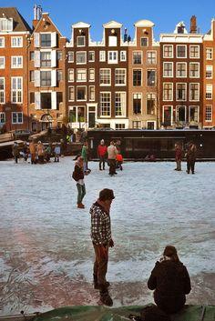 Schaatsen op de grachten van Amsterdam. Met een zonnetje, muziek en koek en zopie. Het waren bijzondere beelden dit weekeinde in onze hoofdstad. Het gaf deze droomplek extra glans. Ik pakte mijn camera en probeerde de sfeer vast te leggen.