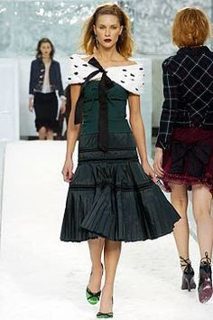 Louis Vuitton Fall 2004 Ready-to-Wear Fashion Show - Erin Wasson