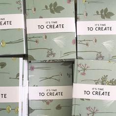Libretas listas para ser regaladas en un día muy especial 🌿 Kit escritorio Edición Limitada Amor y Amistad [libreta + borrador + cartuchera + lápices + planta + empaque] @ennamercadodeideas@catalinagraphic @jabalinas 🌿 [Sólo 50 unidades disponibles] Info: 3186083503 - 3105211416 #kit #regalos #AmorYAmistad #gifts #RegalosAmorYAmistad #Illustrated #Notebooks
