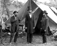 Abraham Lincoln rodeado, a la izquierda Allan Pinkerton y a su derecha el general Mc Clernan en plena batalla.