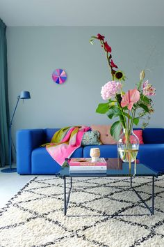 Mags Sofa - HAY - Verkrijgbaar bij Pigment Interieur te Zottegem - www. Cosy Living, Arrangements Ikebana, Narrow Living Room, Modernisme, Ideas Geniales, Interior Exterior, Office Interiors, Living Room Chairs, Colorful Interiors