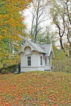 Inspirert av HØSTEN Great Boat House detail on the gables Little Cottages, Small Cottages, Cabins And Cottages, Little Houses, Small Houses, Cottage Living, Cozy Cottage, Cottage Homes, Cottage Style