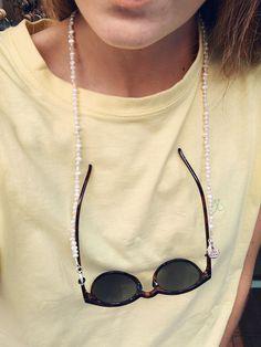 Puedes usarlo como cuelga gafas o como collar. Está hecho con perlas blancas de forma irregular que engarzamos una a una. El complemento perfecto para no perder tus gafas o completar tu mejor outfit. #collar #colgante #cordon #cadena #cordonparagafas #hook #hookeshop #perlas #pearls #blanco #accesorios #complementos Eyeglasses, Chain, Beads, Etsy, Inspiration, Jewelry, Fashion, Keychains, Sideburns