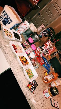 #sleepoverparty Sleepover Snacks, Fun Sleepover Ideas, Sleepover Party, Movie Night Snacks, Girl Sleepover, Pyjama-party Essen, Junk Food Snacks, Food Goals, Partys