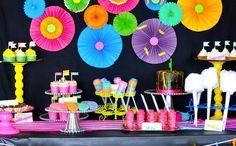 Une table d'anniversaire fluo Plus