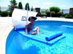 Pirat Floß aus blauen Schwimmnudeln