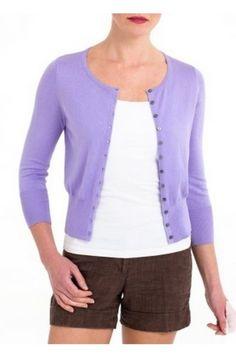 Fialový svetřík s kulatým výstřihem a 3/4 rukávem klasický kulatý výstřih zapínaní na černé knoflíčky 70% bavlna a 30% hedvábí možnost prát v pračce