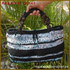 #bolso #crochet 'abierto' tejido con #trapillo fino en color negro y blanco jaspeado azul. Cierre de botón. Bolsillo interior de seguridad. Asas cortas. #RegalaPuntoCrochet #handmade