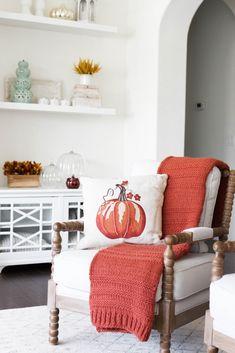 Fall Home Decor, Autumn Home, Farmhouse Style Decorating, Decorating Your Home, Pumpkin Pillows, White Pillows, Minimalist Decor, Cozy House, Home Decor Inspiration