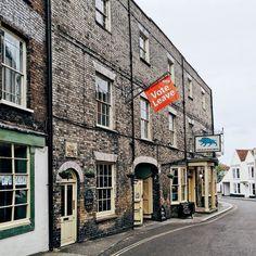 """Essex is really """"welcoming"""". Actually not. / я опять про местных """"Баранов"""". Вот такие плакаты развешаны по всему Эссексу. Призывают выходить из EU. Для сравнения в графстве Кент таких плакатов замечено не было. Там вверху приписка небольшая  """"please"""". #essex #essexcounty #maldon #architecture #brexit #historical #town #vsco #uk #vscocam #history #heritage by gn0me"""