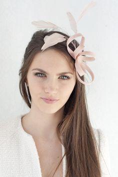 Rosa fascinator mit Federn, Braut Haarschmuck von BeChicAccessories auf DaWanda.com