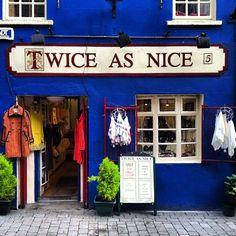 Fachada azul marino con ventanas blancas, solo hay un ventanal, decide sacar productos fuera de la tienda y hacer de la fachada el propio escaparate. Alejandro Estevez