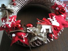 www.pletenizpapiru2cz.estranky.cz - Pletení Burlap Wreath, Christmas Wreaths, Holiday Decor, Home Decor, Holiday Burlap Wreath, Interior Design, Home Interior Design, Home Decoration, Decoration Home