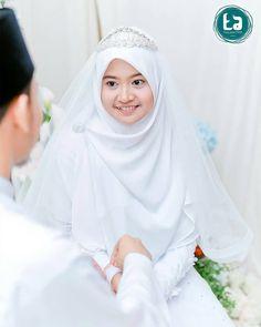 Bridal Hijab, Hijab Bride, Wedding Hijab, Wedding Poses, Wedding Photoshoot, Wedding Couples, Muslimah Wedding Dress, Muslim Wedding Dresses, Muslim Dress