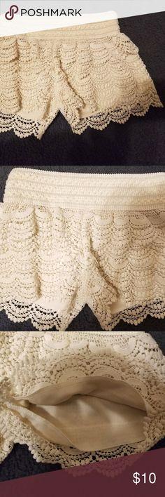 American Rag Cie 1784 Ivory Ruffled Lace Shorts merican Rag Cie 1784 Ivory Ruffled Lace Shorts Size XS American Rag Shorts