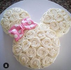 Rosette Minnie Mouse Cake only With red bow Minnie Mouse Party, Bolo Da Minnie Mouse, Minnie Mouse Birthday Cakes, Minnie Mouse Cake, Mickey Party, Mickey Birthday, Pirate Party, 2nd Birthday Parties, Baby Birthday