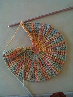 brilliant tut on how to make a Tunisian short row circle.easy enough to practice your Tunisian crochet stiches and it's small enough to use a regular hook. crochet patterns elshelbey's Tunisian circle potholder, with instructions Crochet Home, Love Crochet, Crochet Crafts, Crochet Projects, Knit Crochet, Crochet Granny, Ravelry Crochet, Tunisian Crochet Patterns, Knitting Patterns