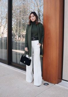 Black belt + white pants: the practical duo and nothing obvious – Maxi cas … - Kurze Frisuren Chic Outfits, Classy Outfits, Fashion Outfits, Trousers Women Outfit, Lawyer Outfit, White Trousers, Looks Chic, Effortless Chic, Mode Inspiration
