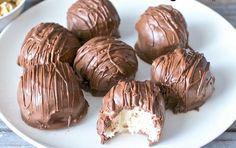 Υπέροχα σοκολατάκια με μια κρεμώδη, γλυκιά γέμιση cheesecake με μπισκότα για μια ιδιαίτερη λαχταριστή γεύση. Μια πολύ εύκολη συνταγή (από εδώ) για ένα δροσ