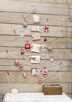毛糸でツリーを形づくり、マスキングテープでクリスマスのオーナメントをかざっています。 真ん中にポストカードを木の幹にみたて貼っています。