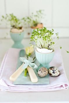 Hosting Easter brunch or dinner? Be inspired by these beautiful spring & Easter table setting ideas, floral centerpieces & spring decorations for Easter Table Settings, Easter Table Decorations, Spring Decorations, Easter Centerpiece, Centerpiece Ideas, Easter Dinner, Easter Party, Minty House, Diy Osterschmuck