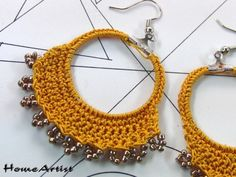 A pair of earrings made by hand, with metal closure and . Crochet Earrings Pattern, Crochet Necklace, Crochet Patterns, Crochet Hair Accessories, Boho Accessories, Crochet Rings, Bead Crochet, Jewelry Crafts, Handmade Jewelry