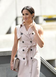 Meghan Markle Is Pretty In Blush Pink Sleeveless Trench Dress For Nelson Mandela Centenary Exhibition - ellemag Estilo Meghan Markle, Meghan Markle Stil, Meghan Markle News, Trench Coat Dress, New York Fashion, Royal Fashion, Elle Fashion, Fashion Looks, Prince Harry