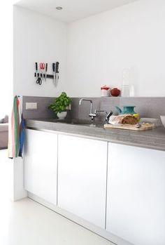 Plan de travail cuisine en béton et meubles blancs