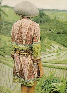 how to be one with your surroundings // photo from Harpers Bazaar We Are The World, Harpers Bazaar, Fashion Prints, Folk Fashion, Vintage Fashion, Print Patterns, Mixing Patterns, Fashion Photography, Textiles