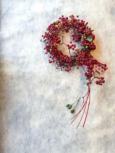 新年を迎えるドライフラワーアレンジ。山帰来、野ばらの実、ツルウメモドキ、差し色にせんだんの実をちらり。お正月が終わったらお飾りを外しても。ずーっと飾れる輪飾りを作ります。