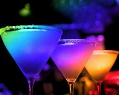 A look at luscious cocktails - pictures to inspire you Cheers! A look at luscious cocktails Colorful Drinks, Fun Drinks, Yummy Drinks, Alcoholic Drinks, Beverages, Rainbow Drinks, Cocktail Drinks, World Of Color, Color Of Life