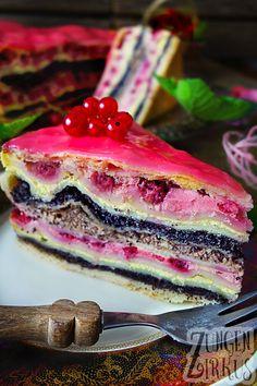 Ausgefallene Torte, oder ist es ein Strudel? Zumindest besteht sie aus Strudelteig! Zudem aus Johannisbeeren, Mohn, Nüssen und Quark. Ein leckeres Multitalent, diese Strudelteigtorte. Ein wahrer Zungenzirkus!