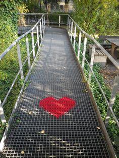 Yarn bombing - pasarela con corazón