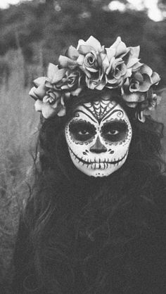 can never go wrong with a dia de los muertos #halloween #costume! Dia de Los muertos makeup and flowercrown by lalunaflowercrowns