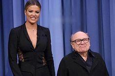 Khloé Kardashian Jokes She's Arnold Schwarzenegger to Danny DeVito Towering Over Him on the Tonight Show Khloe Kardashian Photos, Kardashian Beauty, Kardashian Style, Black Pant Suit, Black Suits, Running On The Beach, Danny Devito, Reality Tv Stars, Tonight Show