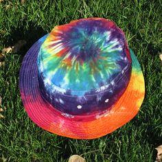 Tie-Dye Bob dans arc en ciel s'entremêlent Outfits With Hats, Kids Outfits, Bob Chapeau, Tie Dye Hat, Tie Dyed, Matilda, Looks Hippie, Bucket Hat Outfit, Tie Dye Crafts