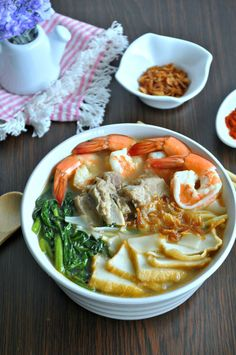 Singapore Prawn Noodle Soup 新加坡式虾面汤 - Eat What Tonight Prawn Noodle Recipes, Soup Recipes, Cooking Recipes, Rice Noodle Soups, Chowder Recipes, Recipies, Prawn Soup, 30 Min Meals, Asian Recipes