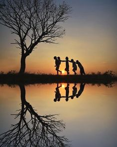 Silhouette - Children at play Silhouette Photography, Color Photography, Amazing Photography, Art Beauté, Cool Photos, Beautiful Pictures, Shadow Silhouette, Happy Friendship Day, Beautiful Places In The World