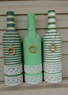Utiliza lana o estambre para decorar botellas de cristal. Es una manualidad divertida, fácil y barata de hacer, al tiempo que reciclas toda... Yarn Bottles, Empty Wine Bottles, Recycled Glass Bottles, Glass Bottle Crafts, Wine Bottle Art, Diy Bottle, Bottles And Jars, Altered Bottles, Bottle Painting