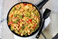 Hei! Kan eg friste med en smakfull kyllingpanne som er ferdig på under halvtimen? Det er jo slik vi liker kvardagsmiddagane best – og her har du også (nesten) alt i en panne med kjøtt, saus og grønnsaker. Manger kun det ekstra tilbehøret som du sjølv kan velge ut fra det du liker best 🙂 … Paella, Bon Appetit, Macaroni And Cheese, Dinner Recipes, Food And Drink, Ethnic Recipes, Desserts, Dinners, Tailgate Desserts