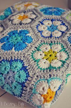 't Bezige Bijtje: Update Flower Power sprei Crochet Blanket Edging, Crochet Quilt, Granny Square Crochet Pattern, Crochet Squares, Crochet Home, Crochet Motif, Crochet Designs, Love Crochet, Knit Crochet