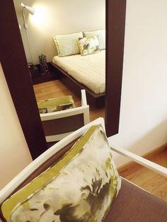 Quarto / espelho / colcha de cama / almofadas decorativas / poltrona / aplique