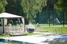 Przylądek Rosevia Resort w Rozewiu, koło Jastrzębiej Góy i Władysławowa. Bar zewnętrzny przy basenach i korcie tenisowym.