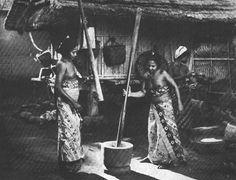 Afbeeldingsresultaat voor bali old photos Air Yoga, Bali Girls, Maluku Islands, Temple Bali, Bali Retreat, West Papua, Tribal Women, Paradise Island, Architecture Old