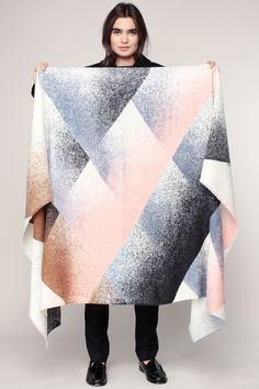 979060055f7 Foulard laine imprimé géometrique noir crème bleu rose frangés Ombre - Ma  Poésie