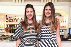 Sócias do Gallerist, Amanda e Mariana Cassou vestem looks gráficos em preto e branco.