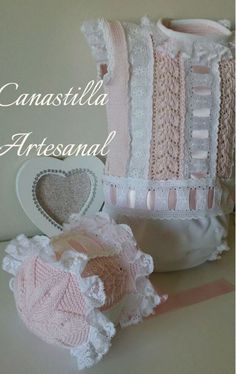 Pelele rosa y blanco y capota puntillas de Canastilla Artesanal Baby Knitting, Crochet Baby, Baby Wearing, Baby Dresses, Dolls, Clothes, Kids Fashion, Baby Doll Clothes, Baby Vest