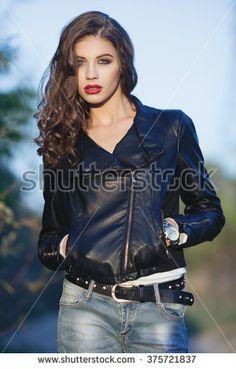 Mujeres De Cinturones Y Jeans Fotos, imágenes y retratos en stock | Shutterstock